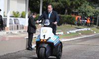 Alejandro Giammattei, presidente, llega en una motocicleta de tres ruedas al acto donde el Ejército le rinde honores. (Foto Prensa Libre: Foto: Prensa Libre: Erick Avila)