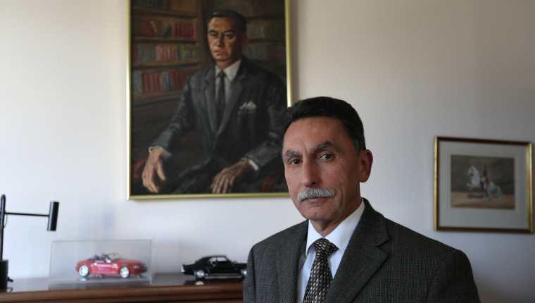 El autor de Historia verdadera de la quema de la embajada española, en su despacho. (Foto Prensa Libre: Alejandro Ortiz)