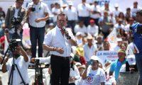 Mario Estrada candidato a la presidencia durante el lanzamiento de su campaña en la Plaza Obelisco. (Foto Prensa Libre: CarloS Hernández Ovalle)