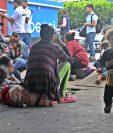 Migrantes hondureños comienzan a reunirse en Tecún Umán para pasar la frontera entre Guatemala y México. (Foto Prensa Libre: Alex Coyoy).