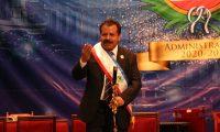 Juan Fernando López recibió la banda, el pin y la vara edilicia que le otorga la autoridad como alcalde municipal. (Foto Prensa Libre: Raúl Juárez)