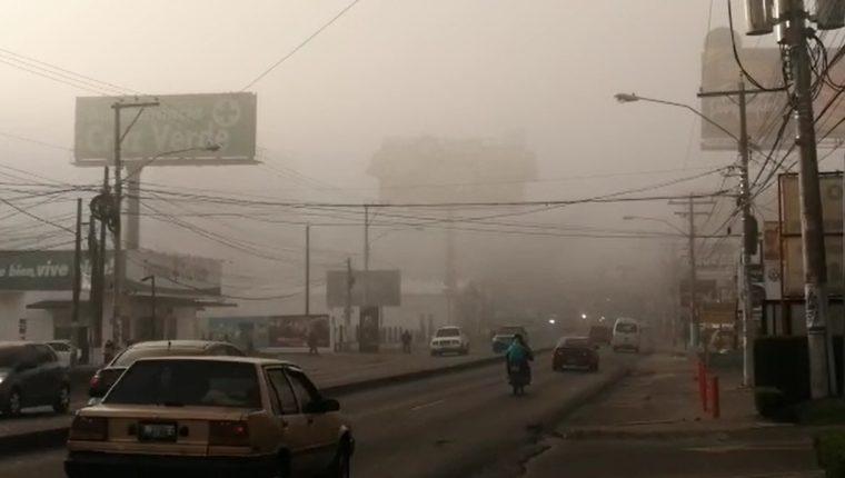 En la Avenida Las Américas es frecuente la presencia de niebla. (Foto Prensa Libre: María Longo)