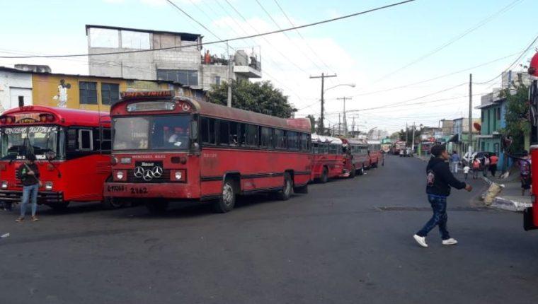 Usuarios se ha visto afectados constantemente por el paro de buses de la ruta 22 en Mixco. (Foto Prensa Libre: Comuna de Mixco).