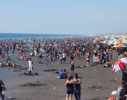 La playa del Puerto San José se encuentra concurrida por Año Nuevo. (Foto Prensa Libre: Enrique Paredes).