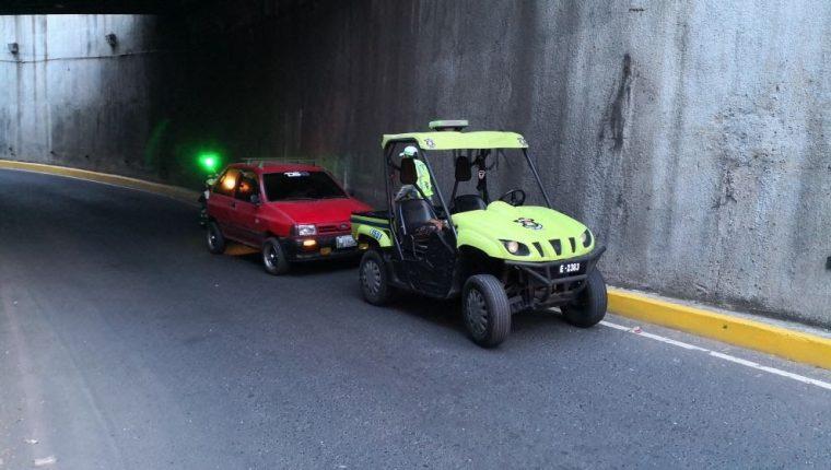 Un alto porcentaje de los vehículos que obstaculizan la vía pública corresponde a unidades que se quedan sin combustible. (Foto Prensa Libre: Cortesía PMT)