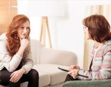 Asistir con un psicólogo puede ayudarle a mejorar su salud emocional y a potencializar sus habilidades. (Foto Prensa Libre: Servicios).