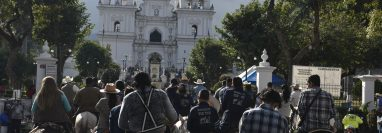 Ganaderos junto a sus familias llegan montados a caballo hasta el atrio de la Basílica de Esquipulas. (Foto Prensa Libre: Elizabeth Hernández).