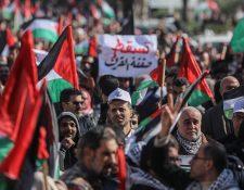 """Palestinos protestan contra el """"acuerdo del siglo"""" planteado por Trump. (Foto Prensa Libre: EFE)"""