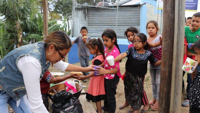 Durande años, la calidad de la refacción escolar ha sido un tema sensible para el Ministerio de Educación. (Foto Prensa Libre:  Hemeroteca PL)