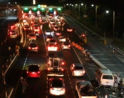 El masivo retorno de automovilistas abarrotaron este miércoles las garitas de peaje de la autopista Palín-Escuintla que conducen al norte del país. (Foto Prensa Libre: Carlos Paredes)