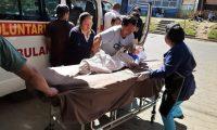 Niño es trasladado hacia el Hospital Regional de Quiché, por su estado delicado de salud luego del accidente,  (Foto Prensa Libre: Héctor Cordero)