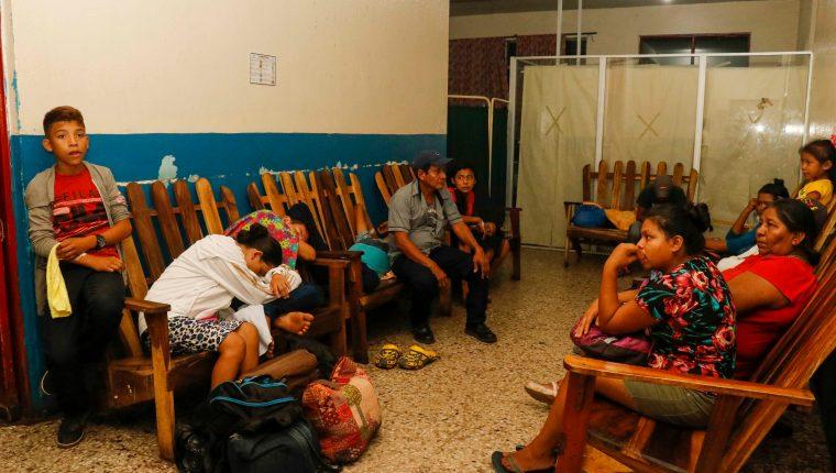 81 integrantes de una iglesia evangélica en Champerico, Retalhuleu, se intoxicaron al ingerir comida posiblemente en mal estado. (Foto Prensa Libre: Rolando Miranda)