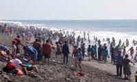 Las olas del mar fueron un atractivo para varios turistas en la playa de Champerico, Retalhuleu. (Foto Prensa Libre: Rolando Miranda)