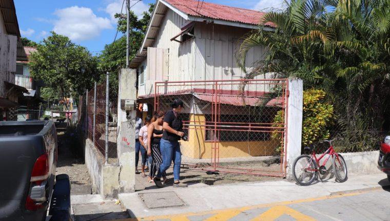 Autoridades reúnen indicios en el lugar donde ocurrió el ataque. (Foto Prensa Libre: Dony Stewart)