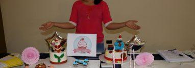 Una emprendedora muestra los productos y su etiqueta con lo cual busca merccados para expandirse. (Foto Prensa Libre: Mike Castillo)
