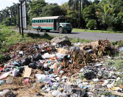 Cualquier sitio baldío es convertido en  basurero ilegal. (Foto Prensa Libre: Carlos Paredes)