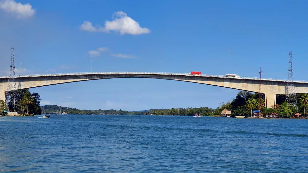 Daños en puente de Río Dulce preocupa a vecinos que temen colapso de la estructura