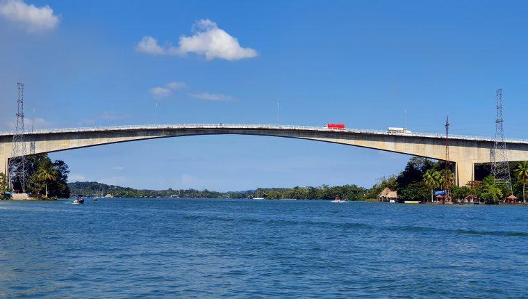 El puente de Río Dulce en la actualidad es el más grande de Guatemala, pero la falta de mantenimiento ha provocado daños estructurales según denuncian los vecinos. (Foto Prensa Libre: Dony Stewart)