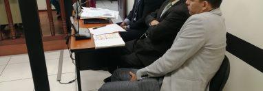 Marco Pappa acompañado de sus dos abogados en el Juzgado de Femicidio de Quetzaltenango. (Foto Prensa Libre: María Longo)
