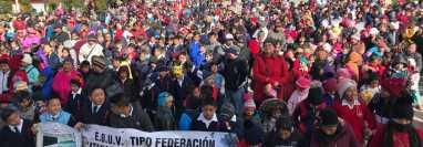 Cientos de estudiantes en Totonicapán participan del acto inaugural del ciclo escolar 2020. (Foto Prensa Libre:  José Chuc)