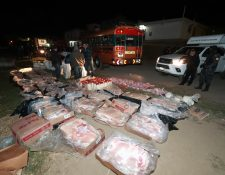 Fiscales del Ministerio Púbico y agentes de la Policía Nacional Civil revisan la mercadería de contrabando. (Foto Prensa Libre: Mynor Toc)