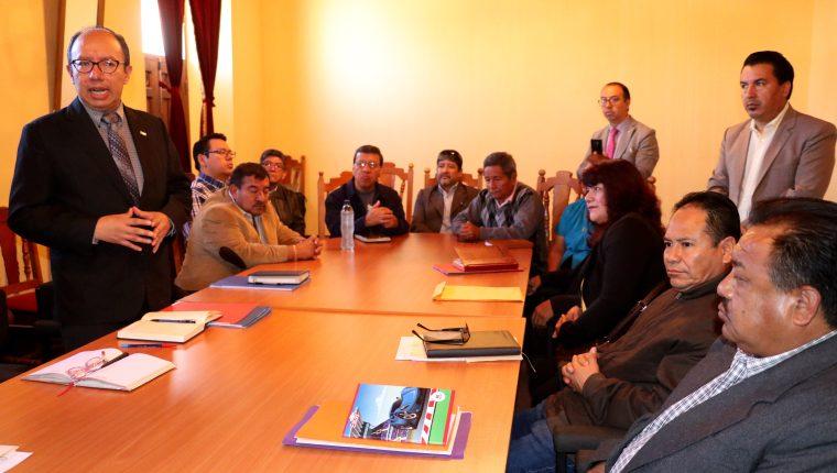 Gustavo Cano, alcalde electo de Huehuetenango, – de pie – no recibió los estados financieros durante la sesión de trasmisión de mando. (Foto Prensa Libre: Mike Castillo)