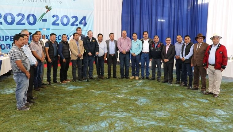 Alcaldes electos de Quiché durante una reunión con el presidente electro Alejandro Giammattei en Quiché. (Foto Prensa Libre: Héctor Cordero)