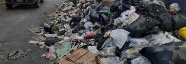 Desechos de todo tipo son apilados en una de las calles de la zona 1 de Huehuetenango. (Foto Prensa Libre: Mike Castillo)