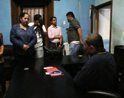 Dora Aldina Pérez, alcaldesa electa de La Democracia, dialoga con el actual alcalde, Marvin Carlos, para saber cómo se hará el cambio de mando. (Foto Prensa Libre: Carlos Paredes)