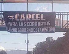 En Xela fueron colocadas mantas en rechazo al gobierno de Jimmy Morales. (Foto Prensa Libre: Cortesía)