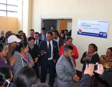 Francisco Pérez, de saco azul, sale del despacho municipal aplaudido por simpatizantes después de haber tomar el cargo para el periodo 2020 – 2024. (Foto Prensa Libre: Héctor Cordero)