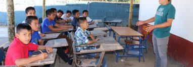 Estudiantes de la escuela Labor Brisas del Moca en Chicacao, Suchitepéquez, reciben clases en una galera. (Foto Prensa Libre: Marvin Túnchez)