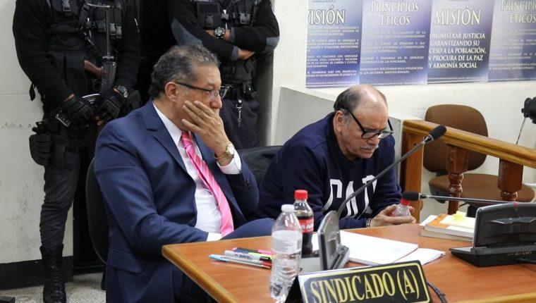 Juan Alecio Samayoa Cabrera – sudadero azul –  escucha la resolución de la jueza que lo favorecio con falta de mérito. (Foto Prensa Libre: Héctor Cordero)