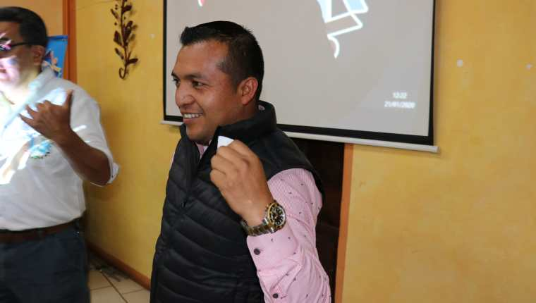 Sabino Calachij Gutiérrez, presidente electo  de la Anam de Quiché, agradece a sus compañeros haber votado por él, (Foto Prensa Libre: Héctor Cordero)