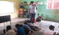Los estudiantes de la Escuela La Esperanza reciben clases en el suelo ante la falta de escritorios.  (Foto Prensa Libre: Dony Stewart)