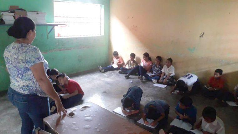 Estudiantes de la Escuela La Esperanza, Puerto Barrios, Izabal, reciben clases en el suelo ante la falta de escritorios. (Foto Prensa Libre: Dony Stewart)