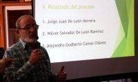 Víctor Calderón, representante de las universidades en el pleno del Codede presenta la terna para nombrar gobernador en Huehuetenango. (Foto Prensa Libre: Mike Castillo)