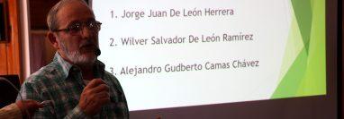 Víctor Calderón, representante de las universidades en el pleno del Codede, presenta la terna para gobernador de Huehuetenango. (Foto Prensa Libre: Mike Castillo)