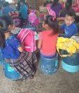 Niños de la escuela rural mixta de San Antonio Chiquito, Ixcán, Quiché, estudian sentados sobre cubetas, (Foto Prensa Libre: Héctor Cordero)