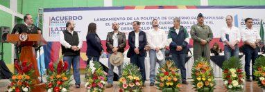 El presidente Alejandro Giammattei presenta a su gabinete a pobladores de San Mateo Ixtatán, Huehuetenango. (Foto Prensa Libre: Mike Castillo)