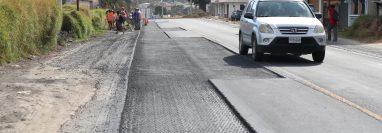 Un año después de la reparación de la carretera que comunica Cuatro Caminos con Totonicapán, la vía nuevamente es reparada por grietas en el asfalto. (Foto Prensa Libre: Mynor Toc)