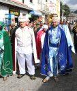 Los actores recorrieron las principales calles de la cabecera municipal de Salcajá. (Foto Prensa Libre: Raúl Juárez)