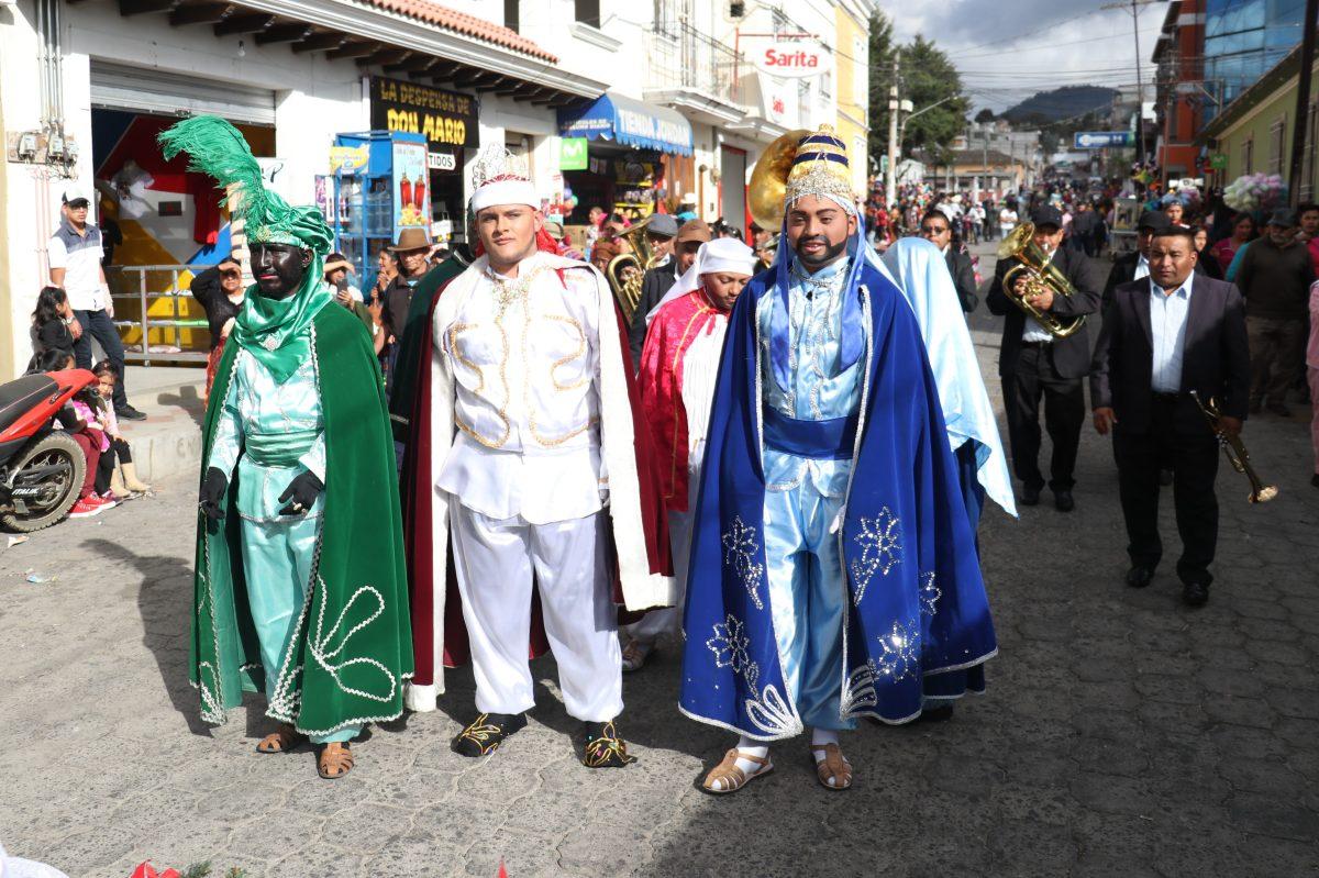 Dramatizan visita de los Reyes Magos, tradición que lleva más de cien años en Salcajá