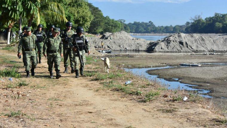 Un grupo de elementos de la Guardia Nacional patrulla la ribera del río Suchiate que divide México y Guatemala. (Foto Prensa Libre: Mynor Toc)