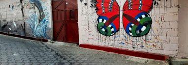 En concurrida calle de San Pedro La Laguna, Sololá, elaboraron el mural ecológico. (Foto Prensa Libre: Juan Méndez Chavajay)