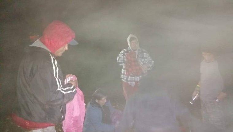 La patrulla de los Bomberos Voluntarios acudió al volcán Atitlá, Sololá, para rescatar a turistas. (Foto Prensa Libre: CBV)
