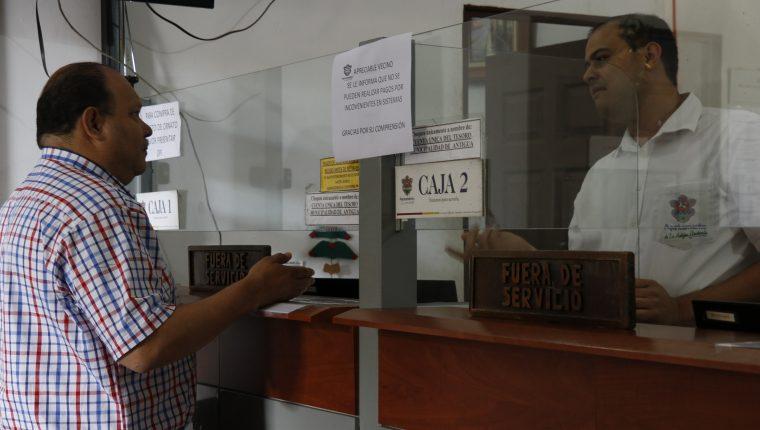Usuarios de la Municipalidad de Antigua Guatemala no pueden pagar arbitrios y servicios municipales. (Foto Prensa Libre: Julio Sicán)