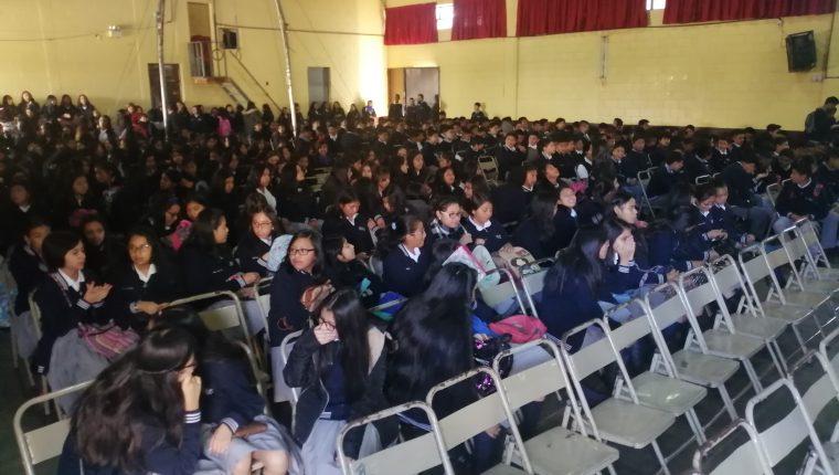 En el Instituto Nacional Experimental Gabriel Arriola Porres las clases iniciaron con la falta de seis maestros. (Foto Prensa Libre: María Longo)