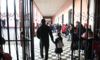 Padres de familia esperan que para este nuevo ciclo escolar sus hijos reciban educación de calidad. (Foto Prensa Libre: María Longo)