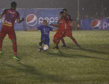 El juego entre cobaneros y rojos fue bastante enredado. (Foto Prensa Libre: José Sierra)